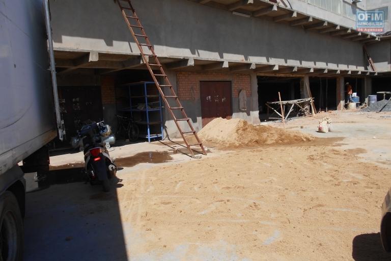 Des locaux commerciaux et bureaux en bord de route à Alarobia