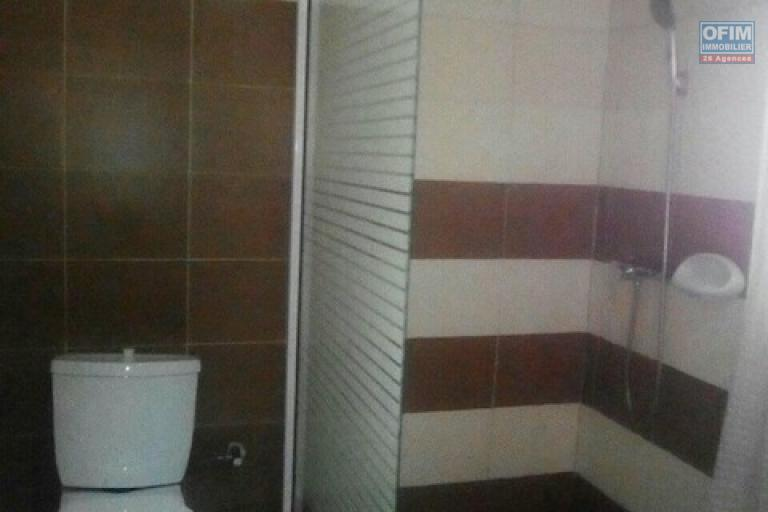 A louer une belle maison F5 dans un quartier résidentiel à deux pas du leader price et à 2 minutes du lycée français Ambatobe
