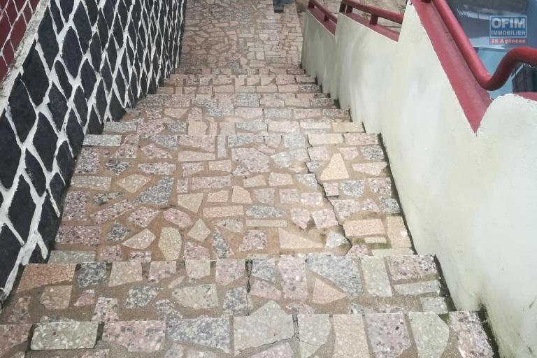 OFIM met à la location une villa à étage avec un grand jardin arboré de type F5 à Ambatobe .Elle est en moins de 10min du Lycée Français