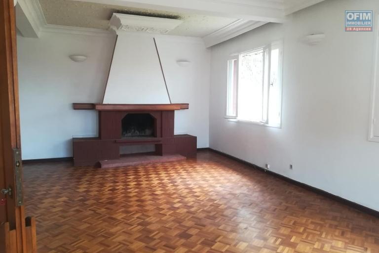 OFIM met à la location une villa à étage semi meublée avec un grand jardin arboré de type F5 à Ambatobe .Elle est en moins de 10min du Lycée Français