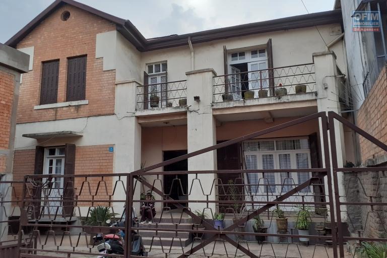 En exclusivité OFIM! Affaire rare, maison en plein centre ville à Antsakaviro bord de route quartier résidentiel .