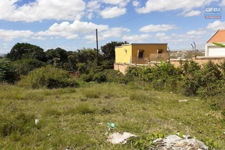 A vendre beau terrain entièrement clôturé de 2 000m2 en bord de route avec vue dégagée à Ambohibao