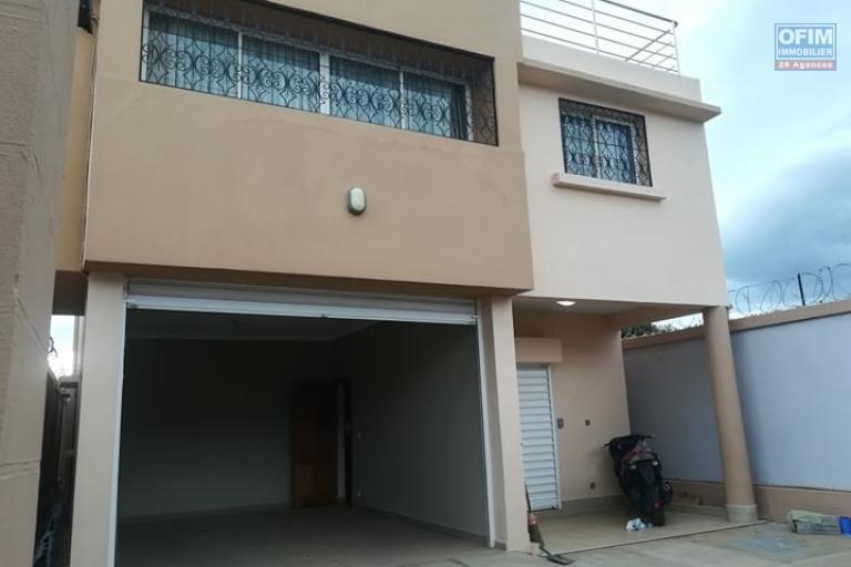 OFIM met en location une coquette villa F6 moderne à deux étages et neuve à Bypass. Elle est à  3min de la station