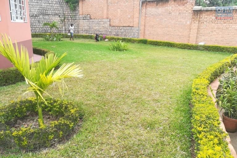 OFIM offre à la location une villa à étage F6 meublée et équipée avec un beau jardin à Ambatobe. Elle a une vue agréable bien dégagé, sécurisée 24/24 et 7/7 à 5min du Lycée Français.