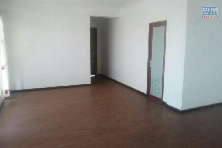 A louer un duplex T5 pour bureau ou habitation en bord de route à Ankorondrano