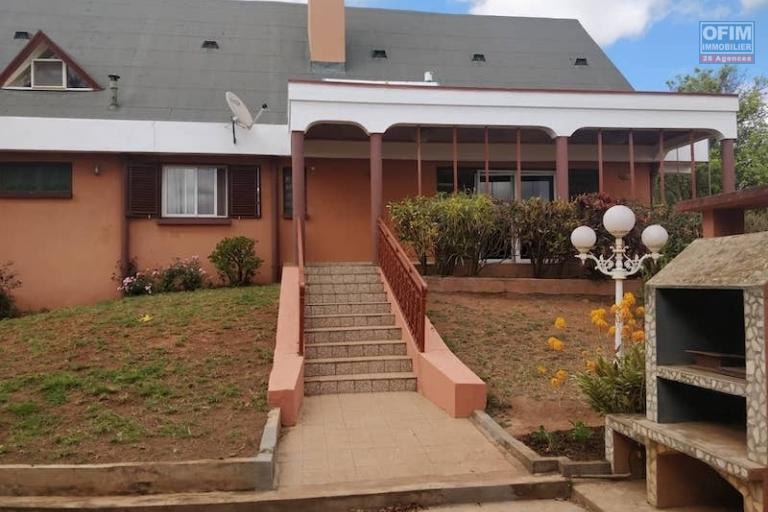 a vendre villa F7  sur un terrain de 2850M2 à Talatamaty