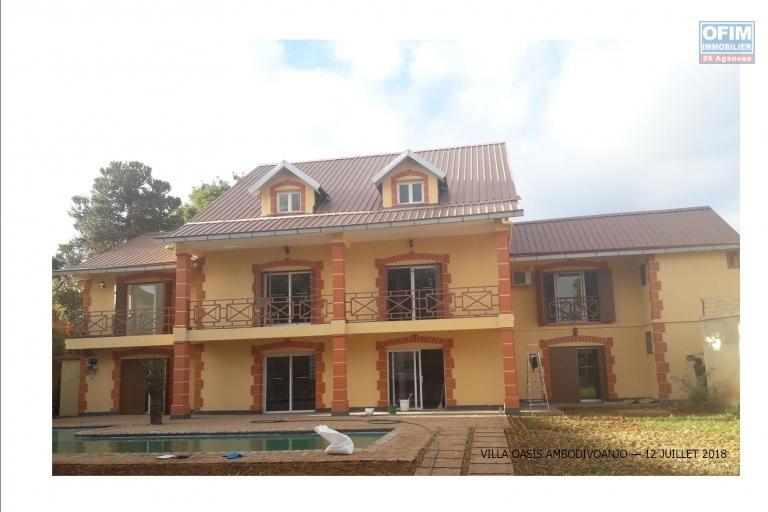 A louer une villa avec piscine F7 à Ivandry