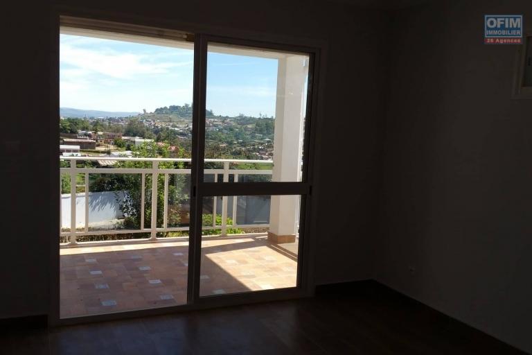 A louer une belle villa à étage de type F6 dans un quartier résidentiel d'Ambatobe à 3 minutes du Lycée français