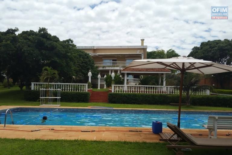 A louer une grande villa à étage meublée de haut standing avec piscine et une belle vue dégagée sur le lac d'Ambohibao de type F8 sur un terrain 4000 m² dans un quartier résidentiel sis à Ambohijanahary Ambohibao