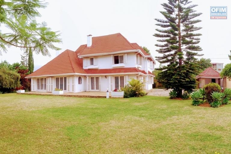 OFIM met en location une grande villa de 290m2 bâtie sur un terrain de 2100m2 à Ambohimiandra