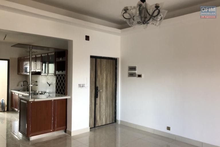 A vendre grand appartement neuf T4 au centre dans le quartier chic d'Ankadivato avec une magnifique vue