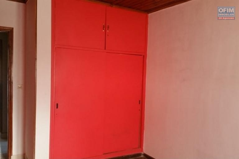 A louer une villa à étage de type F5 à proximité de toutes les commodités à deux pas du centre commercial SHOPRITTE sis à Ambohinambo Talatamaty