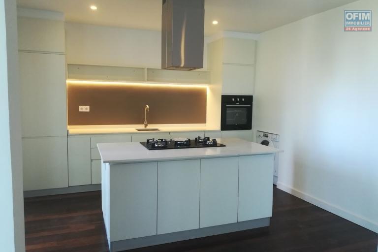 OFIM offre à la location trois appartements en duplex neufs de type T4 de 150m2 et 160m2 sis sur la haute ville de Tanà . Ces appartements sont dans un quartier calme et séurisé avec une splendide vue de toute la ville.