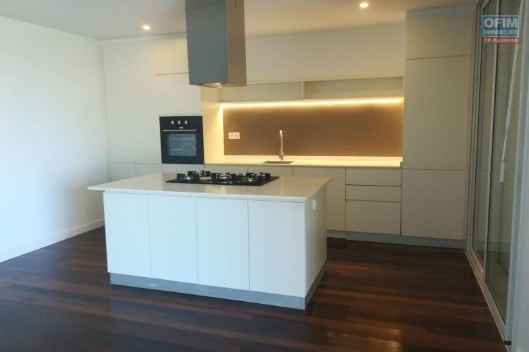 Deux appartements en duplex et neufs de type T4 de 150m2 et 160m2 sis sur la haute ville de Tanà sont disponibles chez OFIM. Ils sont juste à 5min du