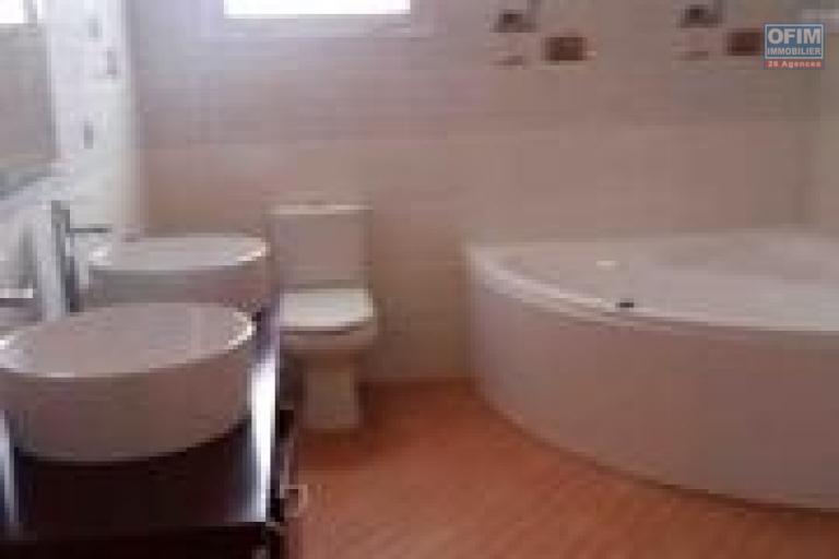 OFIM offre en location une villa F6 avec piscine et jardin dans une résidence à Ivandry.