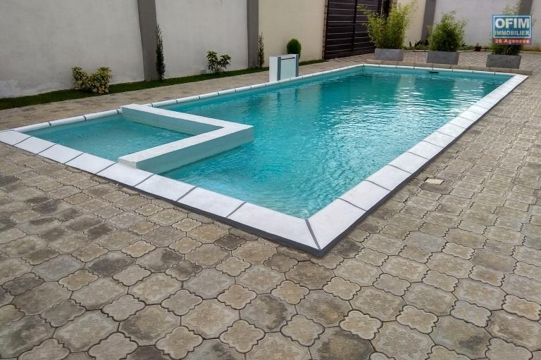 OFIM offre en location une Villa F7 à étage neuve avec piscine à quelques min du lycée Français, à moins de 10min d'Ambatobe.