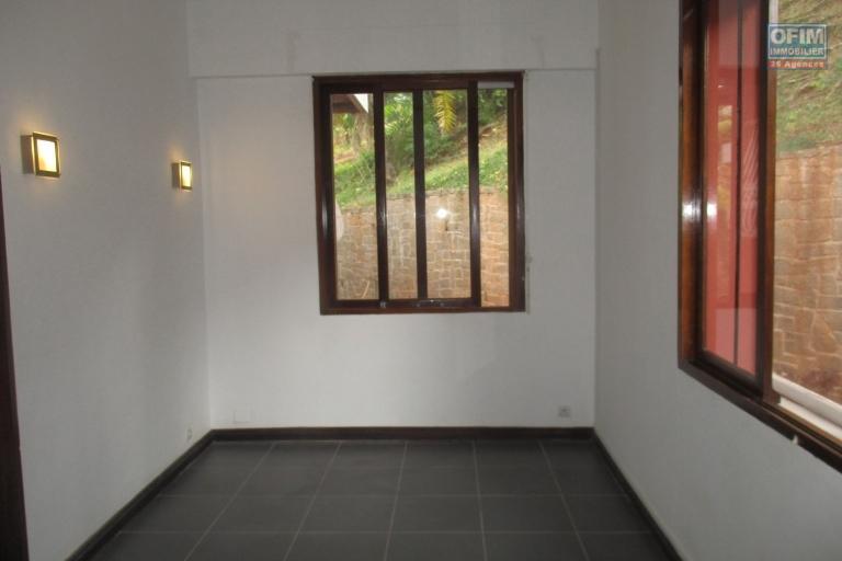 location d'une villa F4 + Studio pieds dans l'eau avec piscine dans un quartier résidentiel à Andohanimandroseza