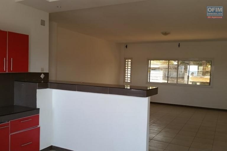A louer un appartement de type F4 avec surface habitable de 150 m² dans un bâtiment récemment construit bord de route principale sis à Antanetibe Ivato à 5 minutes de l'aéroport