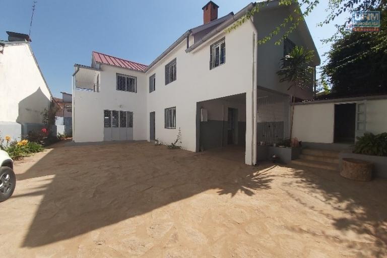 OFIM met à la location une villa F4 étage à Tsarasaotra.Elle est située juste à 5min du centre ville