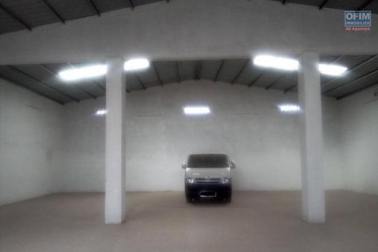 A louer un entrepôt de 400m2 dans un endroit facile d'accès à Ivato