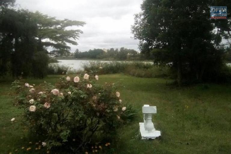 A louer une belle villa à étage F3 au bord du lac à 5 minutes de l'école primaire C à Ambohibao