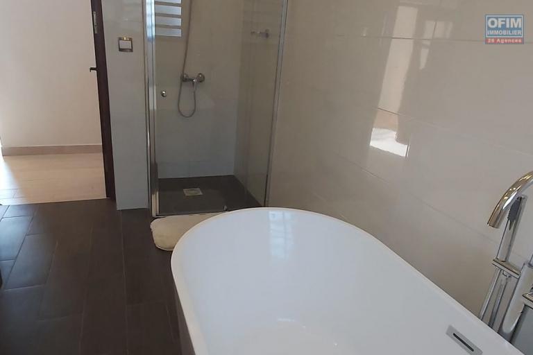 OFIM offre en location une villa à étage neuve de type F4 située à Analamahitsy. Elle est à 5min du centre ville en passant par le marais Masay