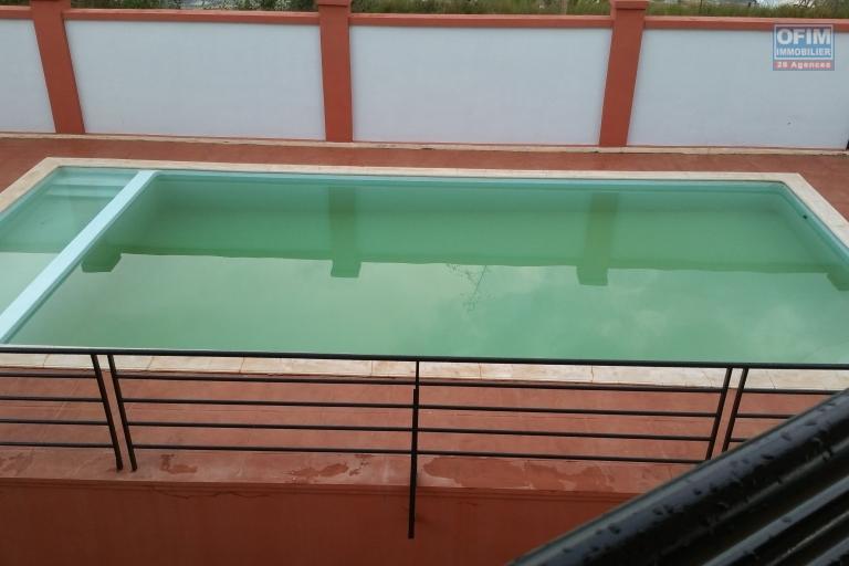 À louer une grande villa à étage de type F8 avec piscine non loin de l' aéroport international Ivato sis à Anosiala Ambohidratrimo
