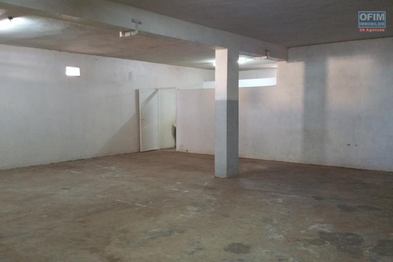 À louer un entrepôt de 2 niveaux avec une surface total de 1200 m2 environ sis à Ankorondrano