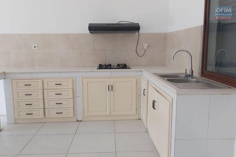 OFIM met à la location un spacieux appartement T4 qui a une surface de 120m2 à Ambohimiandra dans une enceinte calme et sécurisée au bord de route