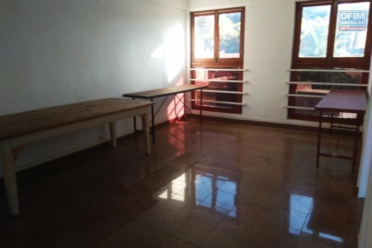 Location bureau de 200m2 en bord de route sur la route de l'université  Tsiadana