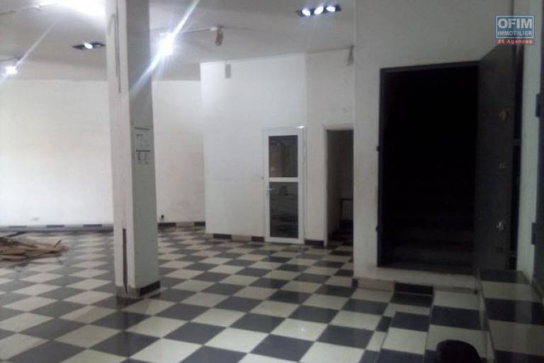 A louer un local de 300m2 sur 2 niveaux pour usage commercial ou professionnel au bord de route à Ambodivonkely Ambohimanarina