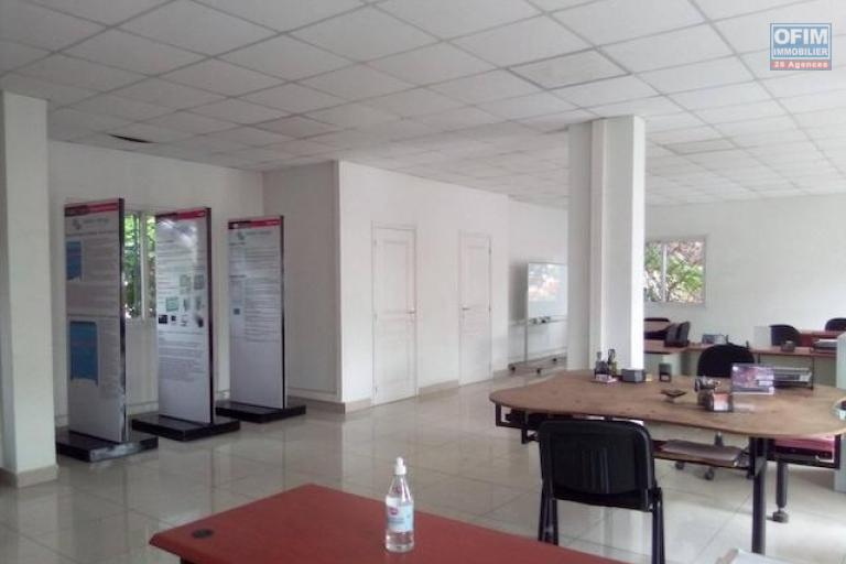 A louer des locaux pour usage de bureau ou commercial au bord de route à Ambohibao