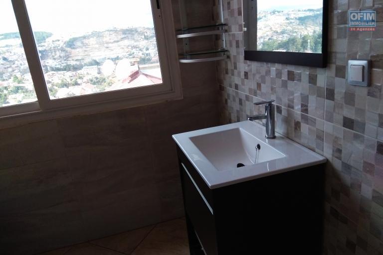 Un grand appartement T5 neuf dans le quartier calme d'Ambatomaro