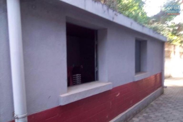 A louer une villa F4 très facile d'accès avec une grande cour à deux pas de Shoprite à Talatamaty