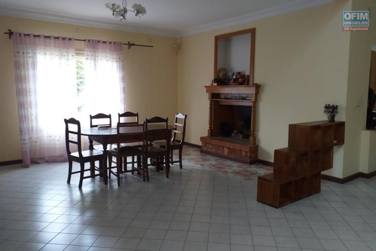 OFIM Immobilier vous offre en location une Villa F12 à deux étages sur un terrain de 3000m2 pour vos projets professionnels dans le quartier d'Ambatomaro qui est à 30min d'Ivandry.