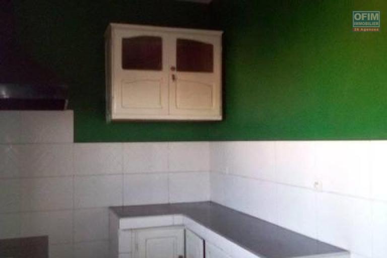 A louer un appartement T3 à l'étage d'un immeuble se trouvant à Mandrosoa Ivato