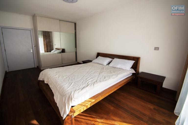 OFIM met en location un bel appartement neuf de type T3 entièrement meublé et équipé dans le quartier calme d'Ankerana qui se trouve en moins de 10min du lycée Français Ambatobe et 15min de l'école B Ampandrianomby