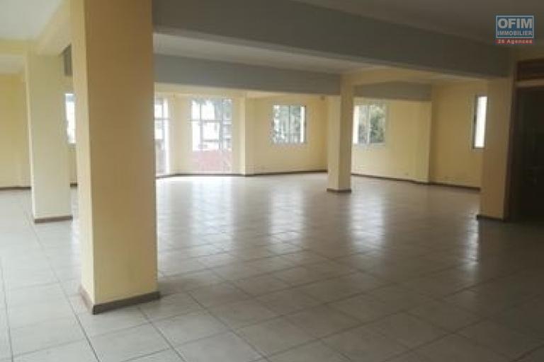 OFIM immobilier offre en location un local de 200m2 à usage de bureau ou commercial au  2eme  étage d'un bâtiment au bord de route d'Ampasamadinika