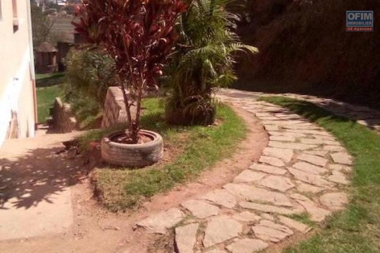 A louer une splendide villa à étage F6 dans un quartier calme à Talatamaty