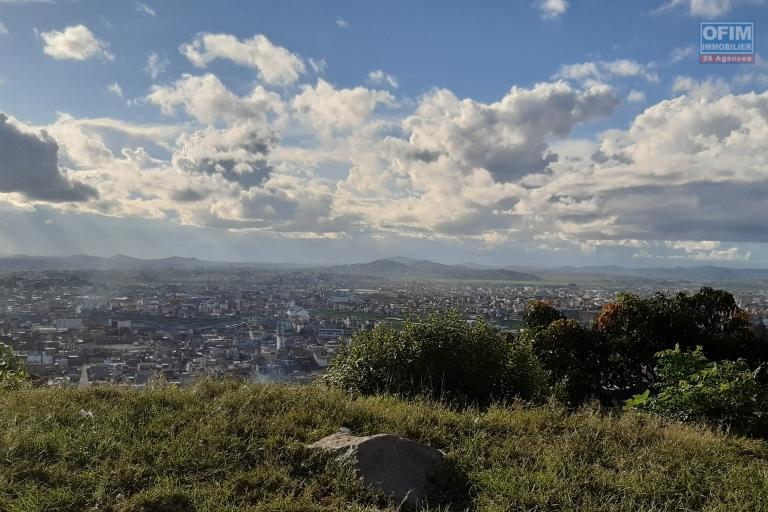 Très beau terrain de 2286 m2, avec une très belle vue en plein centre ville sis à Fort Voyron- Antananarivo