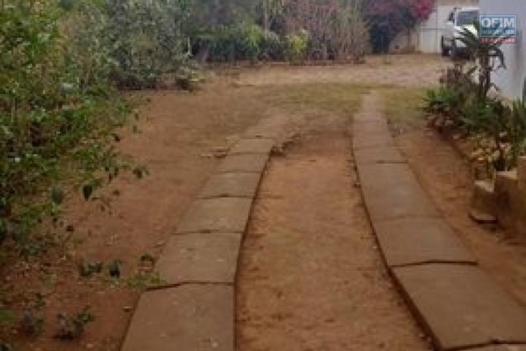 OFIM immobilier offre en location une villa basse F5 avec jardin et dépendance gardien sur un terrain de 1600m2 . Elle se trouve dans le quartier calme d'Androhibe et bord de route.