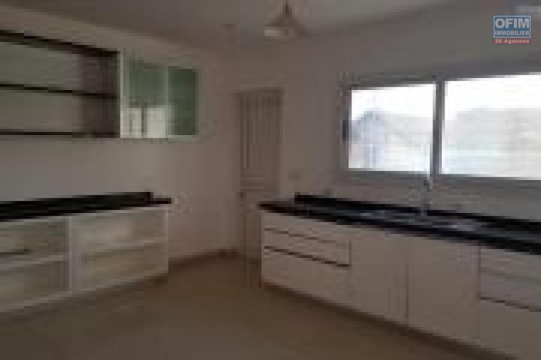 OFIM met en location un appartement T4 possédant une grande terrasse sis à Analamahitsy, quartier calme et tout juste à 5min d'Ankorondrano.