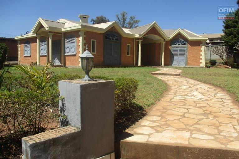 Charmante villa F5 semi meublée dans une bâtie sur un terrain de 3000m2 à 7 mn de l'aéroport d'Ivato