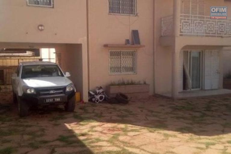 A louer une villa à étage F5 dans un endroit calme se trouvant à 5 minutes de l'école Claire fontaine à Talatamaty
