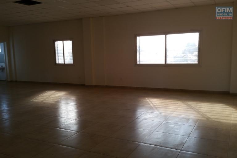 A louer un local commercial environ 110 m² neuf au rez-de-chaussée d'un immeuble de R+3 bord de route principale vers l'aéroport d'Ivato