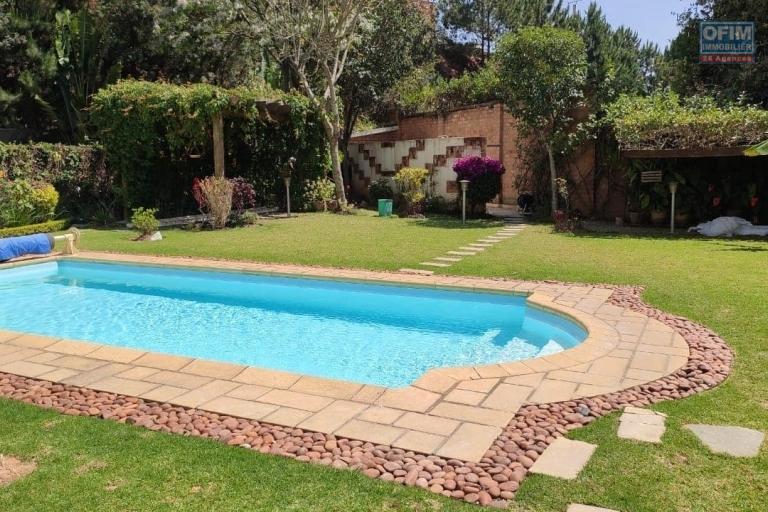 OFIM offre en location une magnifique villa F7 avec piscine et jardin qui est sécurisée 24/24 à Ambatobe à quelques pas du Lycée Français