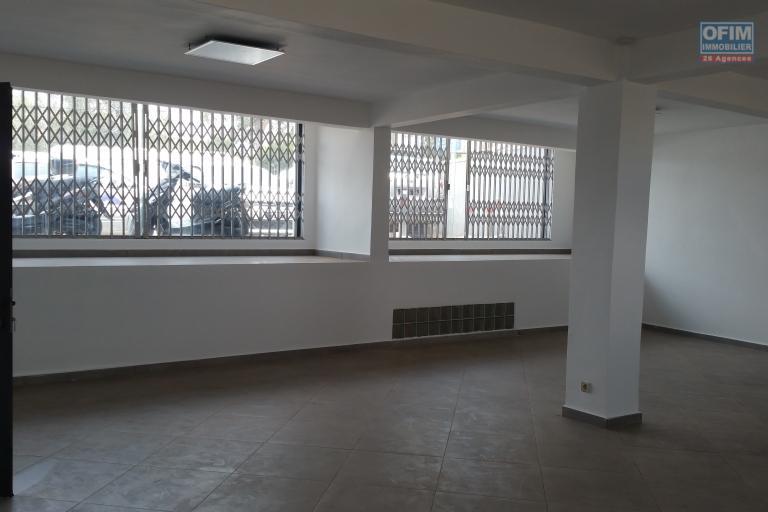 À louer  un local professionnel d'une superficie de 83m2 au niveau RDC d' un immeuble de standing neuf à Ambohibao bord de route principale et à 10 mn de l'aéroport international Ivato