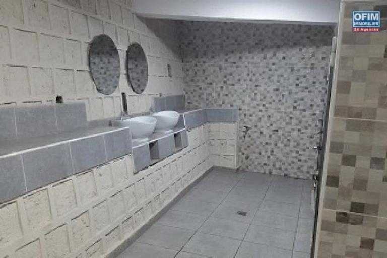 A louer un local de 82m2 à l'étage d'un immeuble de standing au bord de route à Ambohibao