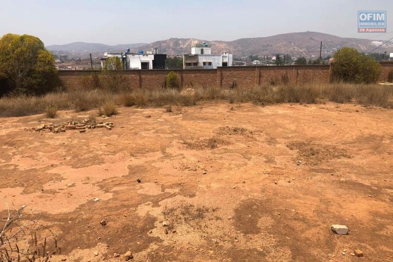 VENTE DE TERRAIN, clôturé de 1044m2 dans le quartier très prisé d'AMBOHIJANAKA