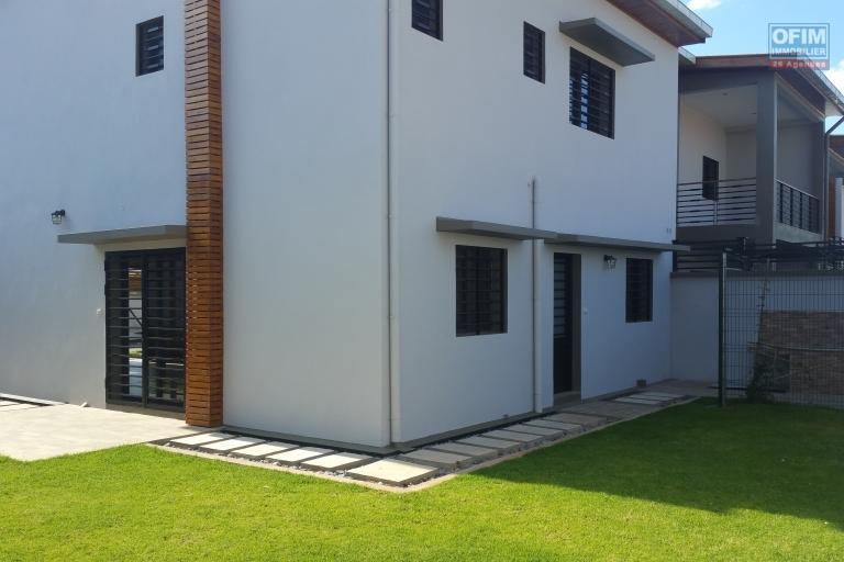 À louer une belle maison F5 neuve de haut standing dans une résidence sécurisée sis à Ivato à 5 mn de l'aéroport et la nouvelle rocade qui mène directement en ville.